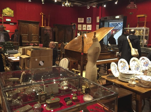 數名負責巴黎知名拍賣會的執行人及搬運工被控竊取重達250噸的珍貴繪畫、雕塑、珠寶等藝術品,於先前遭調查人員循線查獲。圖為德魯奧拍賣會場內一景。(美聯社)