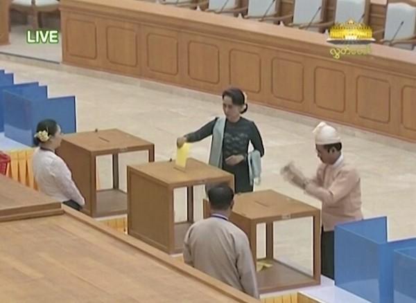 今天選舉中,657席議員有5位缺席,宣布開始投票後,翁山蘇姬更率先投下第一票。(美聯社)