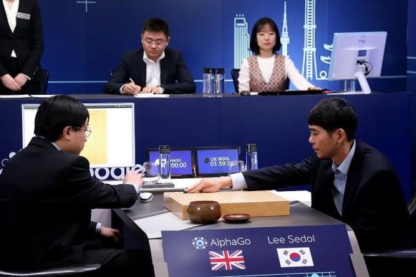 AlphaGo與李世乭今日展開五度交鋒,最後由AlphaGo贏得勝利。(歐新社)