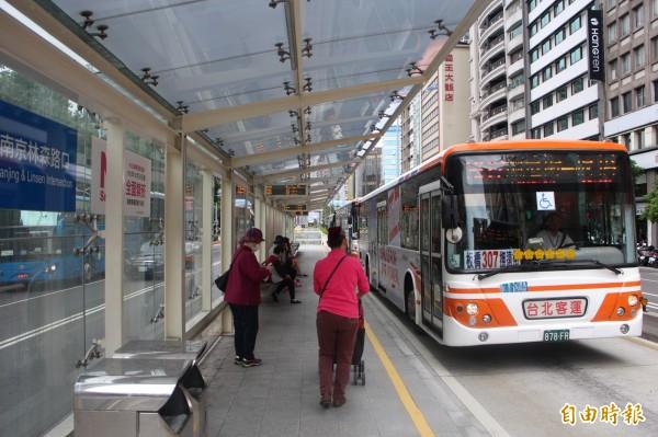 北市交通局計畫將公車全票從15元調漲為16元。(資料照,記者郭逸攝)