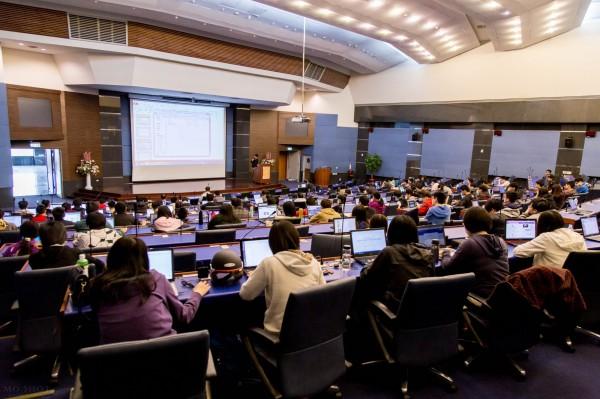帶動大數據學習風潮,高雄第一科大開班授課。(照片由高雄第一科大提供)