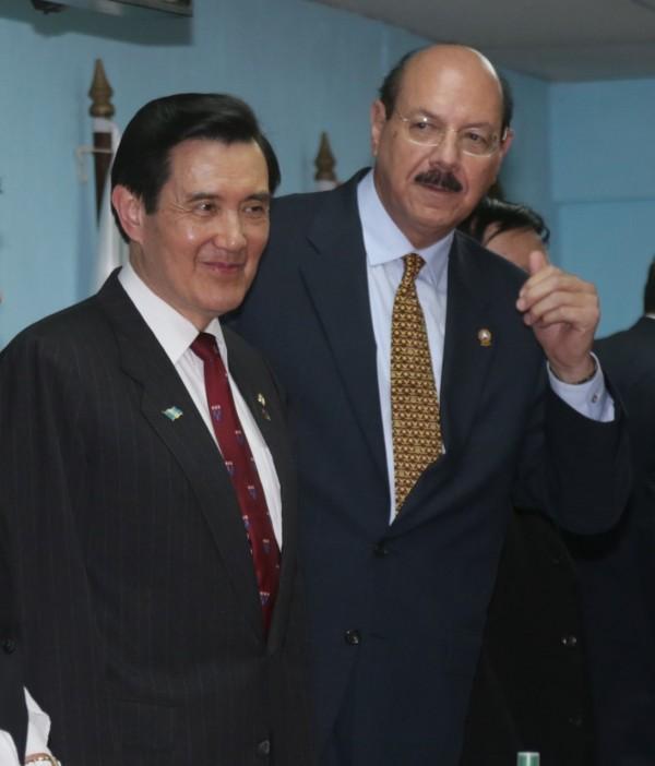 中美洲議會議長阿瓦拉多是馬哈佛同窗,馬到訪時還特別繫上哈佛的領帶。(圖︰久安之旅記者團提供)。