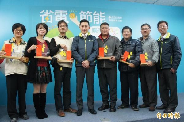 節電比一比,新竹市獲全國節電第一名,里長分享節電小撇步,鼓勵市民來節電。(記者洪美秀攝)
