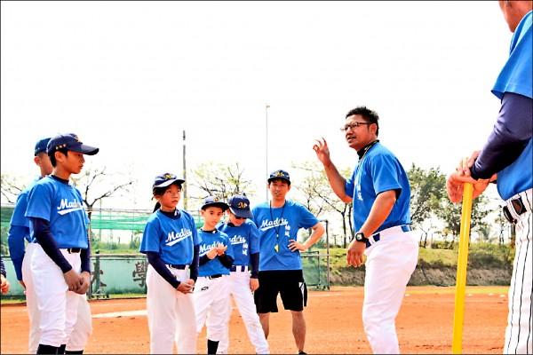 洪榮宏(右一)假日義務指導柚城社區棒球隊的小球員。(麻豆柚城社區棒球隊提供)