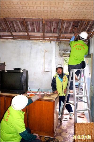志工幫忙修繕房舍,為低收受災戶減輕負擔。 (記者林孟婷攝)