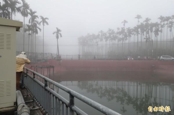 縣府與名間公所人員到赤水社區會勘八卦山旱灌系統與蓄水池。(記者劉濱銓攝)