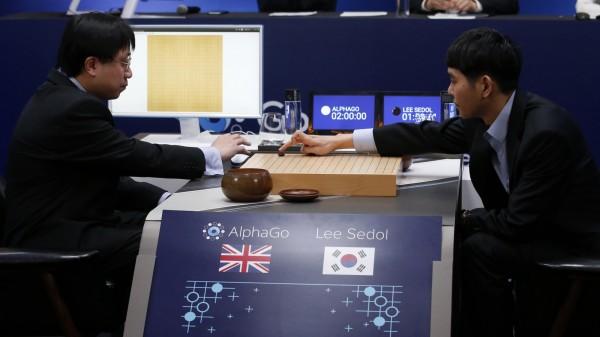 南韓圍棋霸主李世石九段在與Google開發的人工智慧AlphaGo鏖戰5盤後僅取得1勝,在這場人類與電腦的對決中苦吞4敗,也讓AlphaGo的圍棋排名竄升世界第2。(美聯社)