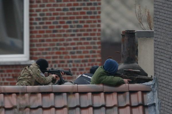 比利時和法國警方鎖定去年巴黎恐攻嫌犯藏身處,布魯塞爾(Brussels)福雷區(Forest)突襲時爆發槍戰。(歐新社)
