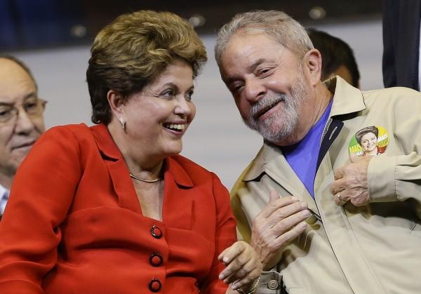 巴西總統羅塞夫(左)與前總統魯拉2014年8月在聖保羅的一場競選活動上相談甚歡。(美聯社檔案照)