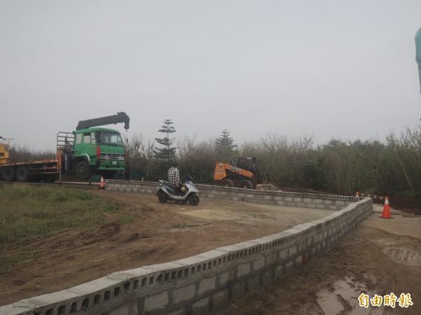 湖西垃圾掩埋場聯外道路,因占用私有地,遭地主圍籬封路。(記者劉禹慶攝)