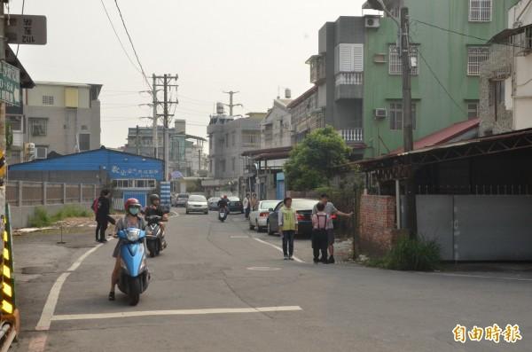 屏東市林森路一巷使用者眾,封路將影響許多民眾的出入。(記者葉永騫攝)