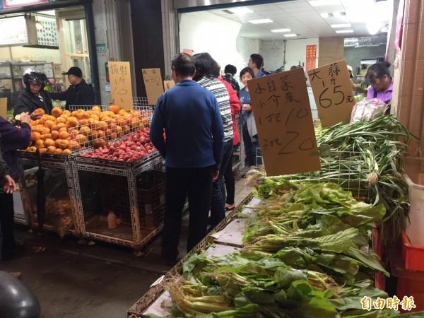 一名林姓婦人到市場採買,因為忘記結帳被店員報警處理。(記者陳恩惠攝)