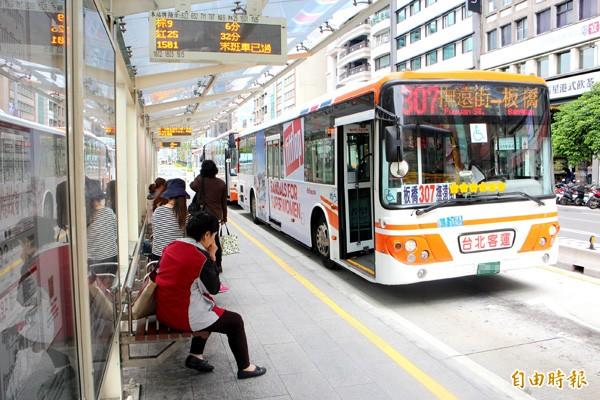 台北市交通局與新北市交通局會面討論公車票價與運價,會後仍無結果。圖為行駛雙北市的307路公車。(記者郭逸攝)
