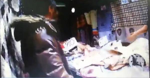 徐女順手牽羊偷走床包及腳踏墊,警獲報逮獲徐女。(記者方志賢翻攝)