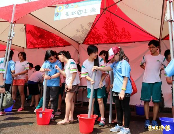 學生玩「引水向上流」。(記者洪定宏攝)