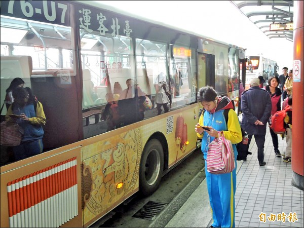 新北市交通局去年已向北市表明,雙北公車營運回歸各自主管,價差補貼也不再彼此分攤,但台北市不同意。 (記者何玉華攝)