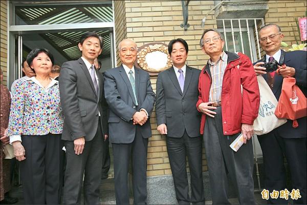 台南市長賴清德(右三)與韓石泉後人一起為故居掛牌。(記者黃文鍠攝)