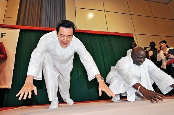 甘比亞日前與中國建交。馬總統2012年4月出訪甘比亞,與甘比亞總統賈梅比賽伏地挺身場景。(中央社資料照)(資料照)