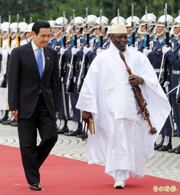 總統馬英九2012年在自由廣場以軍禮歡迎來訪的甘比亞總統賈梅。(資料照,記者王敏為攝)