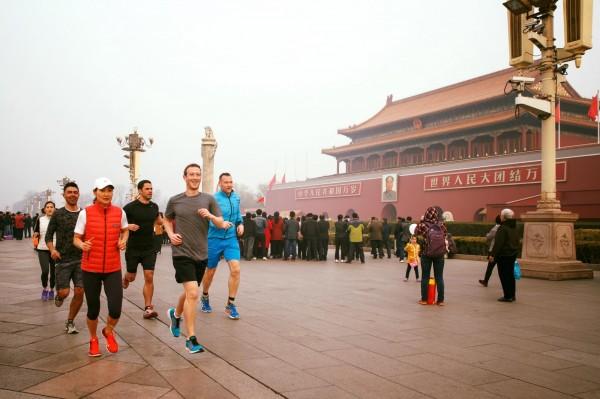 臉書(Facebook)創辦人祖克柏(Mark Zuckerberg)今天上午於臉書專頁打卡,並上傳他在中國北京天安門跑步的照片。(圖擷取自臉書)