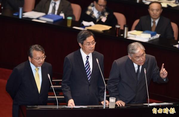 已與台灣斷交2年的甘比亞昨突與中國建交,外交部次長令狐榮達(左起)、行政院長張善政、陸委會主委夏立言18日列席立法院院會,答覆立委質詢。(記者羅沛德攝)