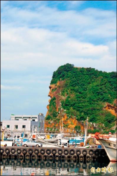 深澳漁港景緻美麗,海釣娛樂行程,帶領遊客海釣,還可觀賞到周遭著名的「酋長岩」。(記者盧賢秀攝)