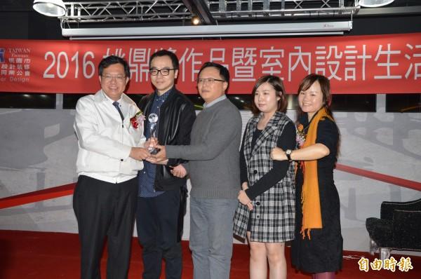 市長鄭文燦頒獎給得獎作品設計師。(記者謝武雄攝)