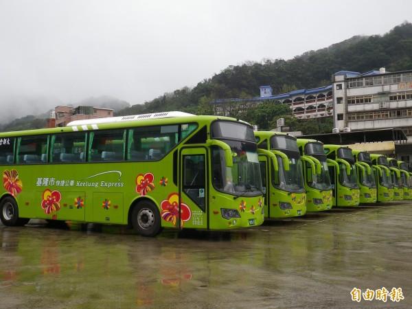 基北快捷公車的車輛停靠在基隆六合停車場,今天中午首發。(記者盧賢秀攝)
