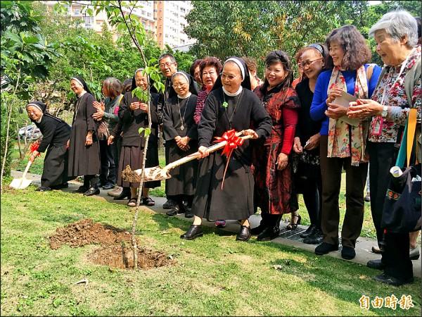 修女帶領銀髮學員們一起種樹。(記者張菁雅攝)