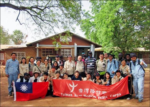 台灣路竹會醫療團隊到非洲查德義診,中油公司探採團隊給予協助。 (中油公司提供)