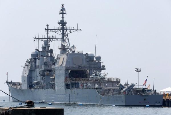 南海爭議升溫,菲律賓開放5個軍事基地給美軍。圖為日前停靠在馬尼拉港口的美軍軍艦,資料照。(歐新社)