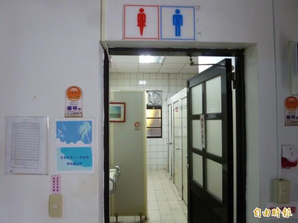 21歲的陳男帶著手機偷偷溜進女廁,自廁所上方縫隙偷拍李姓女老師如廁風光。圖為示意圖。(資料照,記者王揚宇攝)
