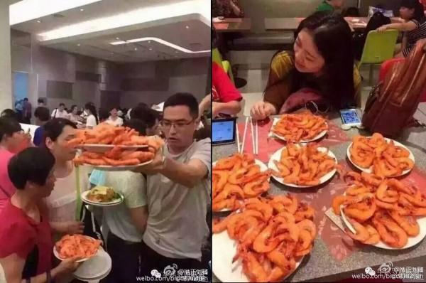 中國遊客到泰國吃到飽餐廳狂掃好幾盤蝦,景象驚人。(圖擷自微博)
