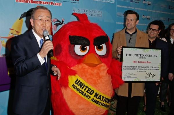 由於憤怒鳥討喜的形象深植人心,具有一定的網路地位,因此被聯合國秘書長潘基文任命為聯合國榮譽大使。(歐新社)