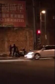 情侶街頭吵架,男拿安全帽K人、呼巴掌,民眾報警。(圖擷取臉書爆料公社)