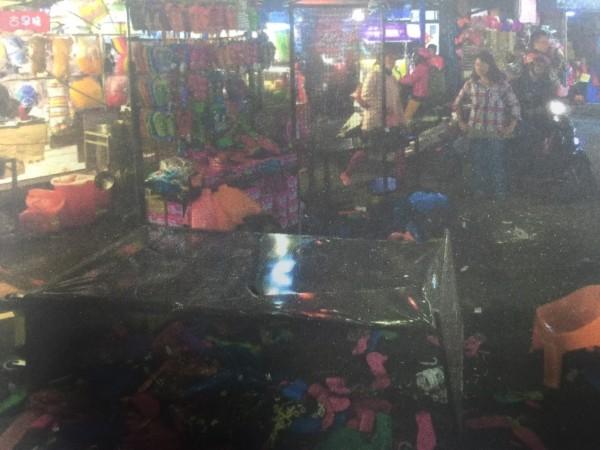 拖鞋攤商被砸得亂七八糟。(記者徐聖倫翻攝)