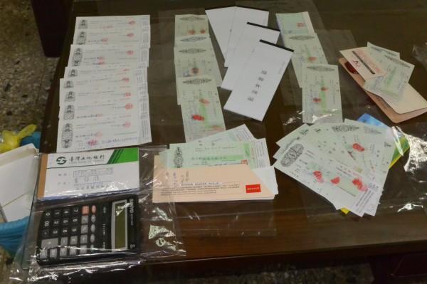 警方在黃男住處查扣多張本票及支票。(記者王秀亭翻攝)