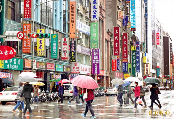 隨者閱讀習慣改變的衝擊,重慶南路書街從過去一百多間書店,萎縮到現在剩不到二十家。(記者羅沛德攝)