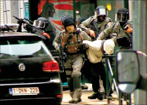巴黎連環恐攻案嫌犯之一、廿六歲的法國籍男子薩拉赫.阿布岱斯蘭,十八日終於在布魯塞爾郊區落網。圖為身穿白帽T的阿布岱斯蘭被捕畫面。(美聯社)