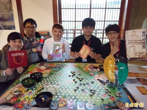 實踐大學應用中文系學生設計桌遊,帶民眾一起玩文學。(記者劉婉君攝)