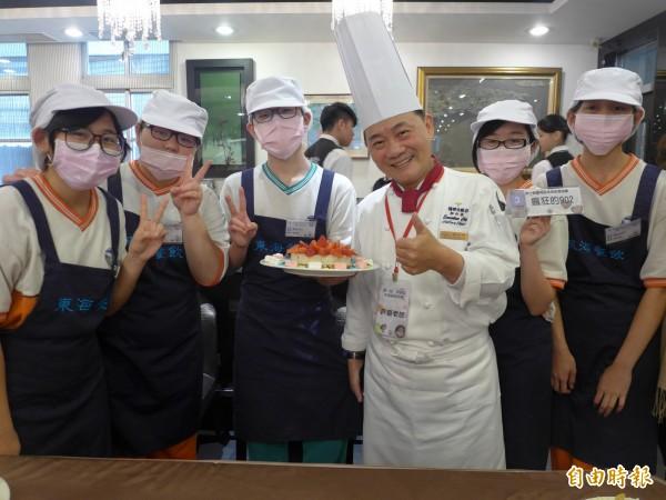 東海高中「第一屆東海盃校園創意美食競賽」,名廚阿基師與參賽學生合照,也鼓勵他們繼續在烹飪學習上努力。(記者李雅雯攝)