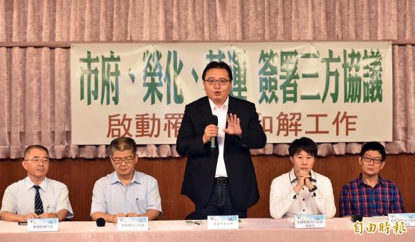 中間說話者為高雄市副市長許立明。(資料照,記者張忠義攝)