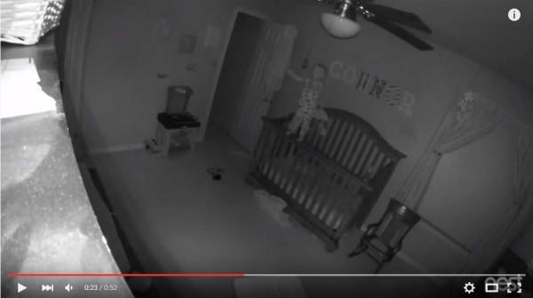 美國一段嬰兒房監視器影片引發討論,寶寶竟輕而易舉站立在嬰兒床柵欄上。(圖擷自YouTube)