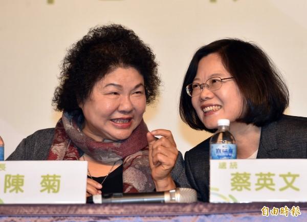準總統蔡英文(右)談到財源下放地方時,特別提到高雄市長陳菊(左)是貼近民意的地方首長,更能獲得民眾信任。(資料照,記者張忠義攝)