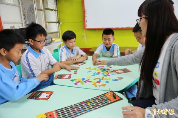 竹田國小的桌遊學習中心開課了,學童學習力大晉級。(記者邱芷柔攝)