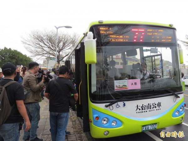 台南市第一條電動公車路線,77路23日通車營運。(記者蔡文居攝)