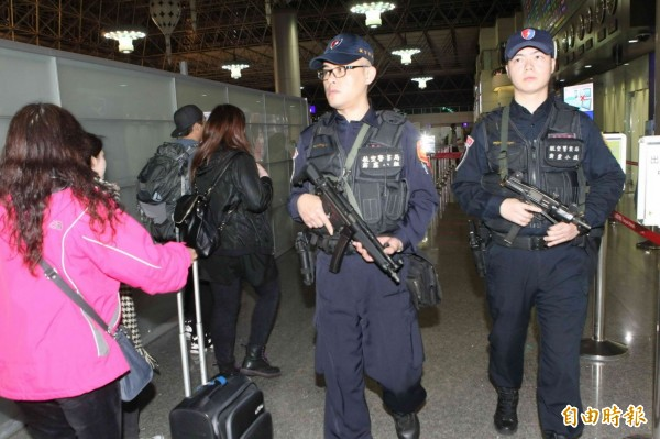 爲因應比利時恐怖攻擊事件,桃園機場也隨之提高警戒。(記者姚介修攝)