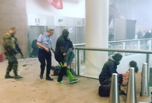 布魯塞爾機場現場找到1把AK-47突擊步槍和尚未爆炸的炸彈腰帶。(美聯社)