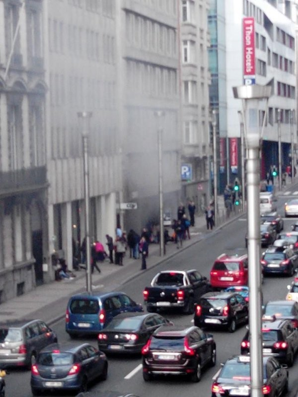 布魯塞爾市中心地鐵站於當地時間週二上午傳出遭恐攻爆炸,造成嚴重死傷,事發後當局高度戒備,鄰近馬爾比克地鐵站的歐盟總部已被淨空。(圖擷自twitter)