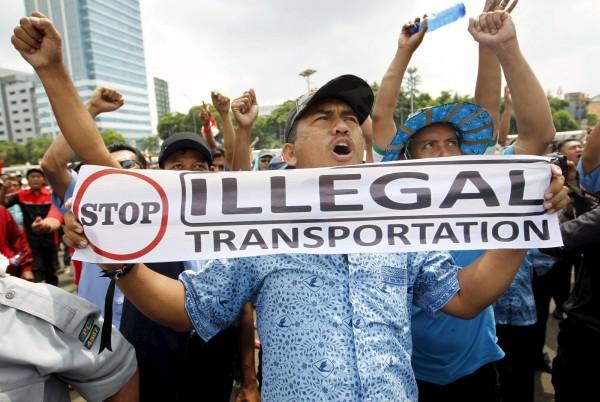 印尼的計程車司機上街抗議app業者搶生意。(路透)